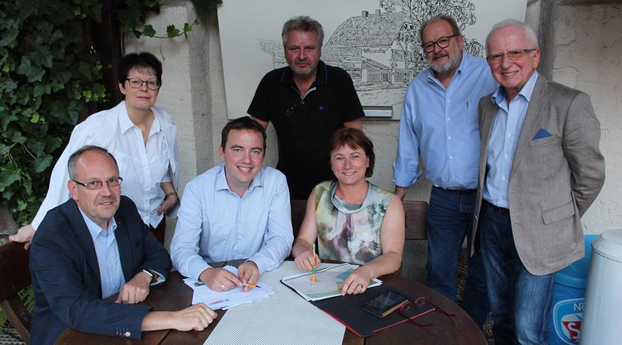Der neu gewählte Vorsitzende Christoph Hartke (3. v.l.) und Bianca Winkelmann MdL (5. v.l.)  zusammen mit den neu gewählten Vorstandsmitgliedern sowie Wahlleiter Horst Nehler (7. v.l.)