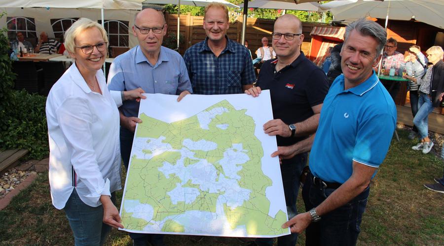 Rahden von oben: Anette Streich (von links), Wilhelm Kopmann, Werner Bredenkötter, Oliver Gubela und Bert Honsel zeigen die Karte zur aktuellen Internetversorgung in der Auestadt.