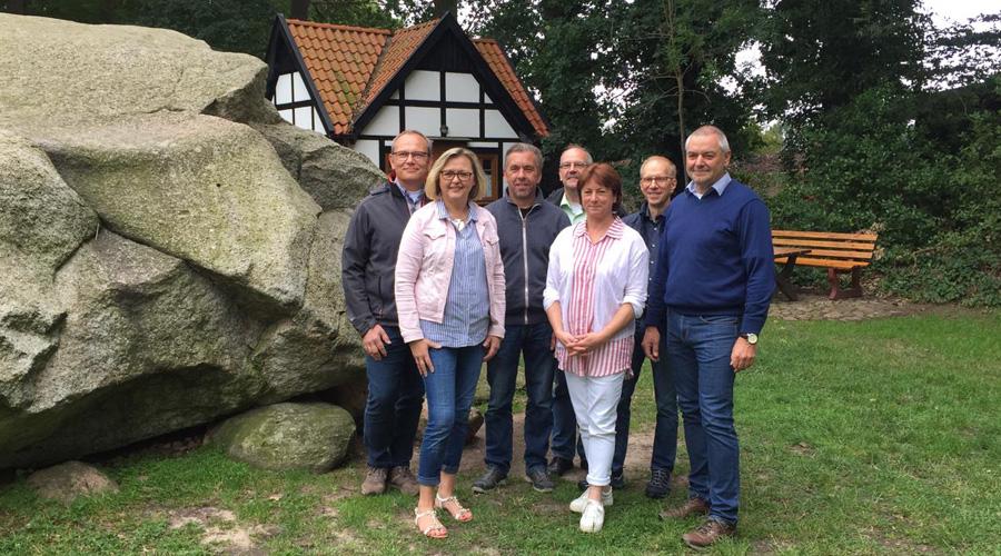 Thorsten Klein, Marlies Schröder, Ulrich Koors, Frank Holtmann, Bianca Winkelmann, Achim Zacharias und Christian Krüger (v.l.) am großen Stein in Tonnenheide