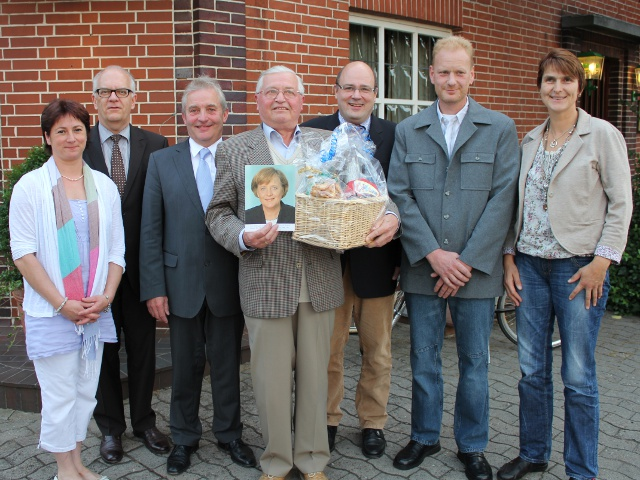 Werner Rohlfing mit neu gewähltem Vorstand und Ehrengästen