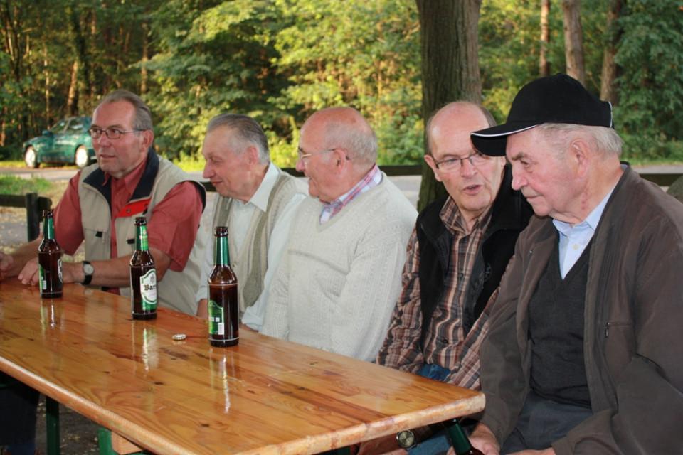 In gemütlicher Runde wurde während des tradionellen Grillabends am Pilz über aktuelle Themen diskutiert, auf dem Bild  v.l. Werner Kröger, Wilhelm Bödeker, Wilhelm Meier, Alfred Kolkhorst und Werner Krüger