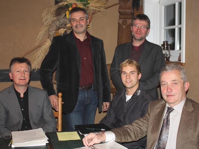 Die Referenten beim ersten Energieforum Tonnenheide (stehend, von links): Christian Krüger und Rainer Rohrbeck sowie (sitzend, von links) Reinhard Steinmann, Tim Uges und Friedhelm Ortgies.